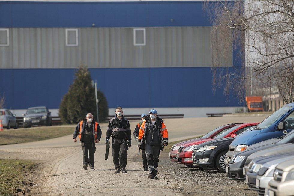 Zaměstnanci strojírny na cestě do výrobní haly.