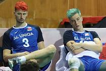 Čeští juniorští volejbalisté Petr Šulák (vlevo) a Ladislav Toman po porážce s Běloruskem.
