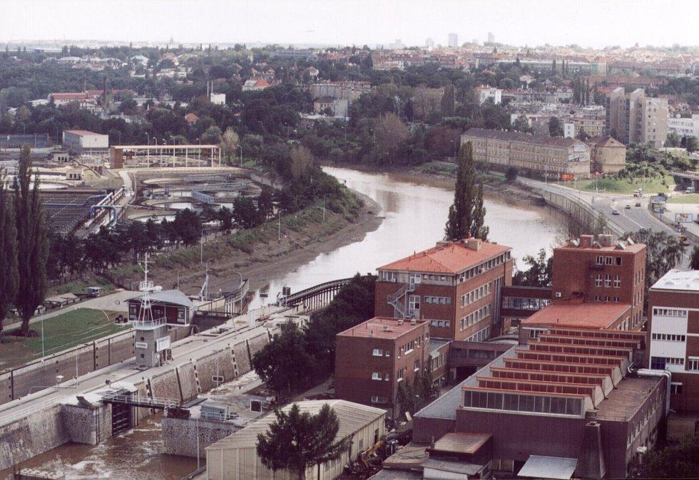 Povodně z roku 2002 v Praze. Zdymadlo Podaba před kulminací hladiny řeky Vltavy.