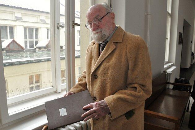 Sochař Jiří Hampl vede s Památníkem Lidice spor o autorství sousoší lidických dětí.