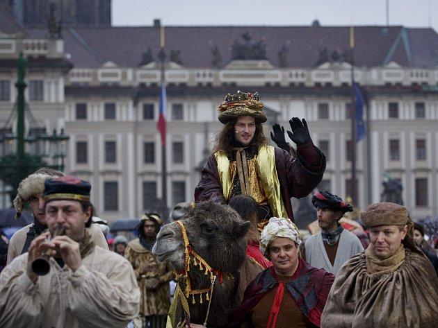 Tradiční Tříkrálový průvod prošel 5. ledna 2014 na Hradčanech v Praze. Předcházela mu mše, kterou sloužil kardinál Duka pro koledníky.