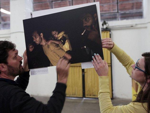 Migrantská Odyssea, výstava fotografií migrantů mířících do Evropy. Řecký fotograf Giorgos Moutafis na svých snímcích mapoval nebezpečné cesty uprchlíků do Evropy. Nákladové nádraží Žižkov
