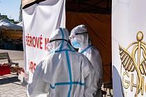 Praha 9 zřídila testovací místo na koronavirus před Poliklinikou Prosek ve spolupráci se soukromou laboratoří.