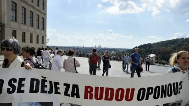 Na Hradčanském náměstí v Praze protestovaly ve čtvrtek 28. srpna 2014 asi dvě desítky lidí proti utlačování členů v Číně zakázaného duchovního hnutí Fa-lun-kung. Akce se uskutečnila v souvislosti se zahájením česko-čínského investičního fóra.