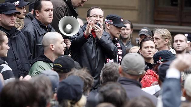 Předseda Dělnické strany Tomáš Vandas řeční uprostřed svých stoupenců.