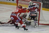 Slavia je první. Slavia je první. K dorážce se nedostal, krosčekoval ho dojíždějící Lukáš Špelda (#20).