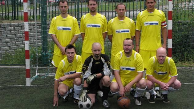 Tým Nulová šance ve svých nových dresech, jejichž barvu si fotbalisti sami vybrali.