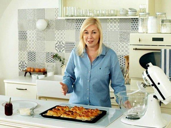 Někdo si píše deník, Dita Pecháčková si zapisuje recepty. Vpořadu České televize Deník Dity P. prozrazuje své oblíbené recepty, kulinářské finty ifiligránské fígle, zděděné po babičce.