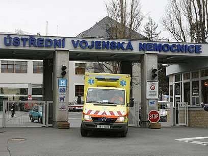 Sanitkou domů už ne. V zahraničí je praxe taková, že pokud pacient opouští po léčení nemocnici, personál mu zavolá taxi.