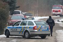 Veterináři ve spolupráci s hasiči v Zárybech utratili chov drůbeže.