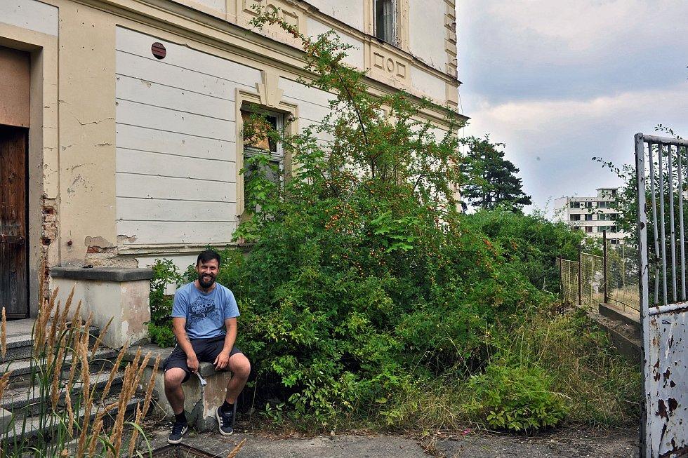Petr Globočník a další aktivní lidé se rozhodli vybudovat komunitní zahradu v prostorách chátrající vily v sociálně vyloučené lokalitě.