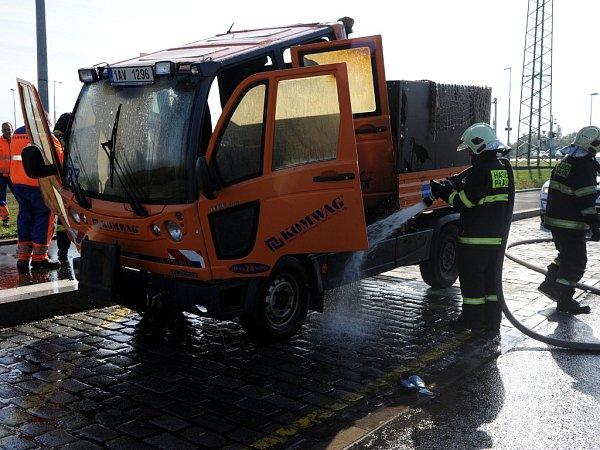 Požár malého nákladního automobilu Multicar vAnkarské ulice vpražském Břevnově.