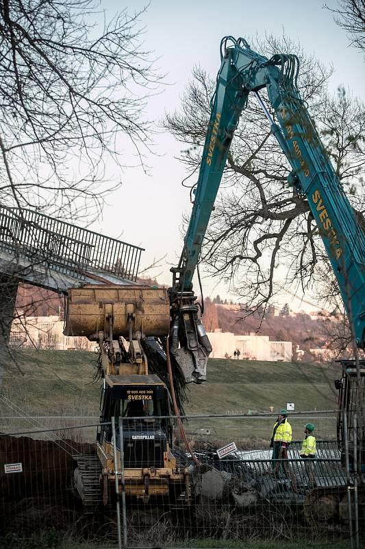 Dělníci začali 7. prosince s bouráním Trojské lávky v Praze, která se zřítila 2. prosince.