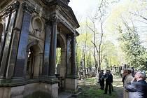 Prohlídka Nového židovského hřbitova v Praze 3 po dokončení oprav náhrobků za téměř šest milionů korun.