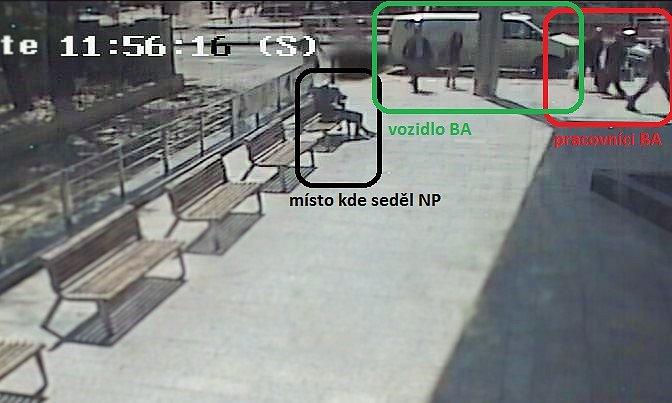 Policisté v Praze zadrželi muže, který s revolverem v tašce a parukou na hlavě čekal na vozidlo převážející peníze.