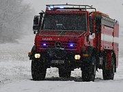 V okrese Praha-západ se při sněhové kalamitě převrátil na bok sypač.