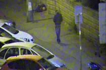 Zadržení zloděje strážníky pražské městské policie, který okradl muže ležícího na chodníku.