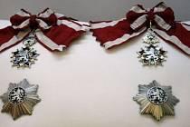 Nejvyšší státní vyznamenání, Řád bílého lva I. třídy, vlevo občanská třída, vpravo vojenská.