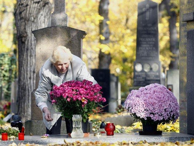 Dušičky na Olšanském hřbitově. Ilustrační foto.