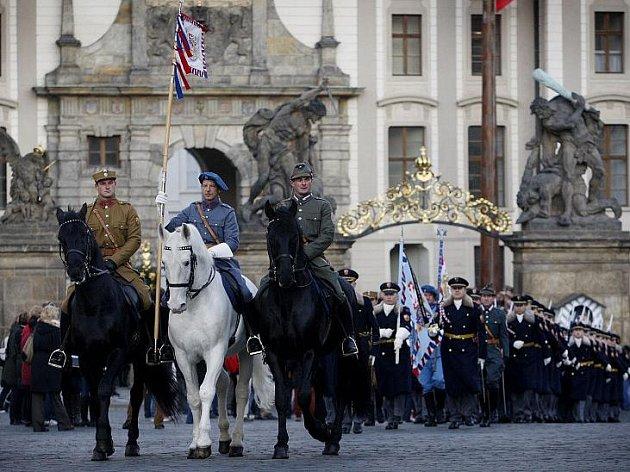 Hradní stráž si připomněla 2. prosince na Pražském hradě 93. výročí svého založení.
