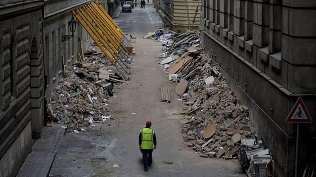 V Divadelní ulicí se pomalu uklízí sutiny po pondělní explozi