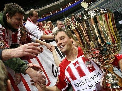 Fotbalisté oslavovali s trofejí a fanoušky.