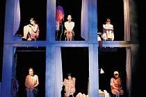 HODINOVÝ HOTEL. Scéna v La Fabrice je stylizovaná tak, aby divákům nabízela různý výklad.