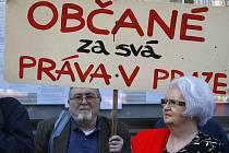 PROTEST. Nespokojenost s probíhající privatizací v Praze 2 vyjádřili občané demonstrující před radnicí Prahy 2.