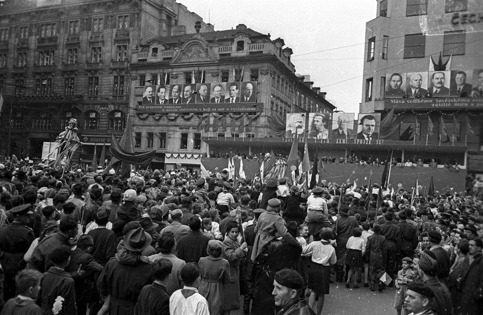 Prvomájový průvod na Václavském náměstí v Praze v roce 1956.