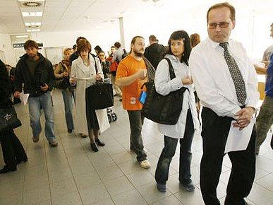 NA POSLEDNÍ CHVÍLI. Na Finančním úřadě pro Prahu 9 se vytvořila 31. března 2008 fronta lidí, kteří přišli na poslední chvíli podat svá daňová přiznání.