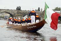 QUATRODESONA. Největší z benátských gondol, kterou pohánějí paže dvanácti mužů, ponese na své přídi sochu patrona Benátčanů i samotných gondoliérů. (Představila se i na Vltavě v rámci květnových Navalis.)