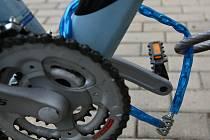 Nikdy nenechávejte kolo opřené bez dozoru a řádného zajištění. Neopatrností takto například o svůj bicykl za třiadvacet tisíc korun na konci dubna přišel mladík v Praze 4.