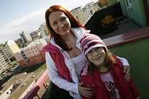 MĚLI ŠTĚSTÍ. Byt Miriam Košátkové živel nepoškodil. Mohla se tedy se svou rodinou už vrátit domů.
