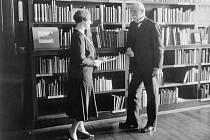Masaryk. Tomáš Garrigue Masaryk byl první a poslední československý prezident, který sídlil v hlavních budovách Pražského hradu. Na snímku s paní Peroutkovou.