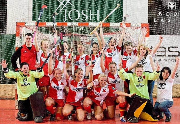 RADOST! Halové hokejistky Slavie jsou třetím nejlepším týmem Starého kontinentu.