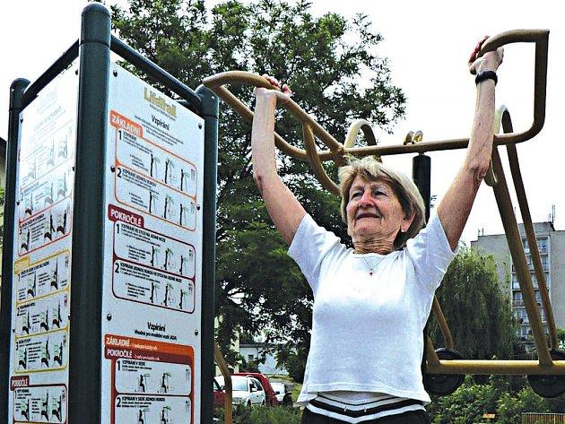 """Do Senior parku v Modřanech si chodí pravidelně zacvičit i Květa: """"Mám vytrénované ruce z každodenního tahání tašek, takže takové cvičení je hračka."""" Protahování na fitness strojích pod dohledem trenérky se koná každé úterý od 9.30 hodin."""