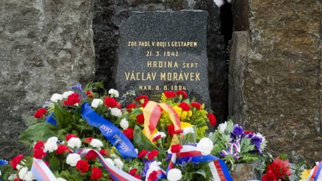 Památník štábního kapitána Václava Morávka na Prašném mostě.