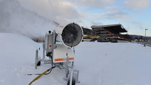Zájemcům o lyžování se otevřel Skipark Chuchle na dostihovém závodišti v Praze 5.