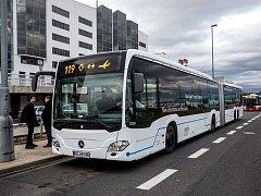Jednadvacetimetrový kloubový autobus značky Mercedes, který bude ve zkušebním provozu obsluhovat pražské Letiště Václava Havla, byl představen 8. února v Praze. Na linku 119 mezi stanicí metra Nádraží Veleslavín a letištěm bude nasazen od 10. do 19. února