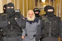 Recidivista Adolf Doležal v doprovodu eskorty Vězeňské služby ČR u Městského soudu v Praze.