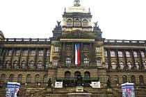 Pokud v Praze nebudou platit její vlastní stavební předpisy, může se reklama šířit dál i do historického centra. A hrozí zastavění zeleným plochám? Na snímku velkoplošná reklama před budovou Národního muzea.