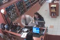 Policisty zajímá, jak se karta okradené ženy dostala do rukou ženy na videu.