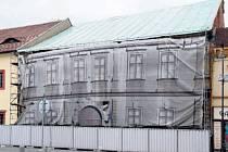 BRANDÝS NAD LABEM. Plachta zakrývá poškozenou budovu na náměstí. Majitelem je už pár let město.