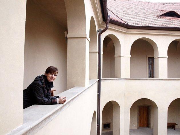 Po rozsáhlé rekonstrukci je zámek v Roztokách opravený. Jedna z autorek expozice Marcela Šášinková přivítá první návštěvníky v červnu.