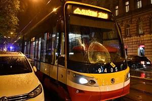 Chodec v centru Prahy nepřežil střet s tramvají.