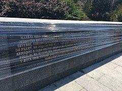 K památníku maršála Koněva nainstalovali nové bronzové desky.