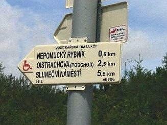 OD BĚŽNÝCH pěších tras se bezbariérová odlišuje značením pomocí speciálních turistických směrovek s logem vozíčkáře.