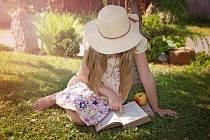 Užijte si literaturu v příjemném parku Na Pražačce.