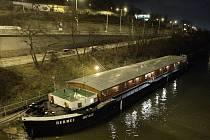 PŘÍJEM KLIENTŮ na lodi Hermes probíhá každý den od 19.30. Lidé bez domova vždy zaplatí za nocleh dvacet korun, nahlásí své jméno a před spánkem se musí umýt