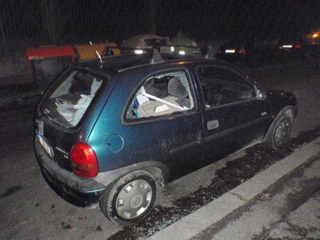 Na vykradače aut upozornil noční kravál.